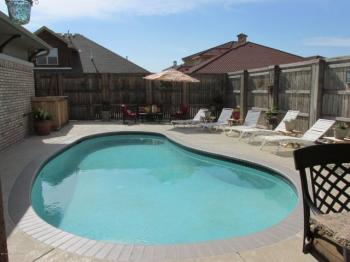 Kliff kingsbury house with a pool for Kingsbury swimming pool timetable